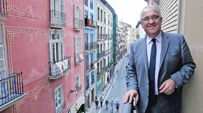 Foto de Enrique Maya, este miércoles a las 11.50 horas, asomado al balcón de su despacho, sobre la cuesta de Santo Domingo.