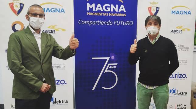 El director general de Magnesitas Navarras, Javier Creixell, y el presidente del CD Xota, Tatono Arregui.
