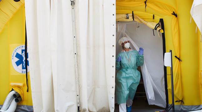 Foto de una sanitaria saliendo del hospital de campaña anexo al CUAP Prat de la Riba de Lleida.