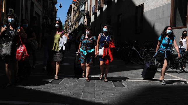Varias personas con mascarilla en la calle Mayor de Pamplona.