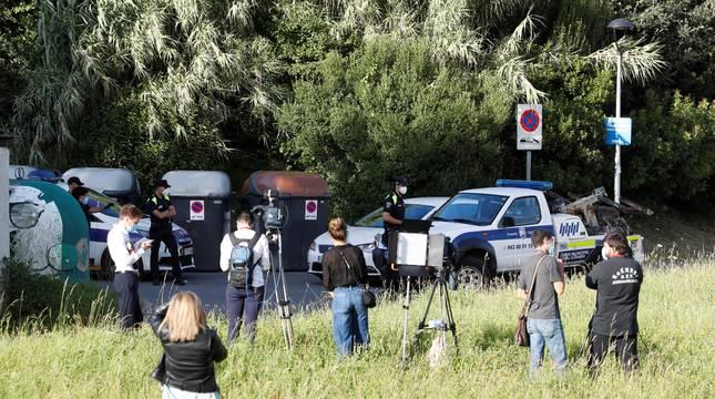 Trabajadores de los medios de comunicación y efectivos policiales junto al camping Talai Mendi de Zarautz.