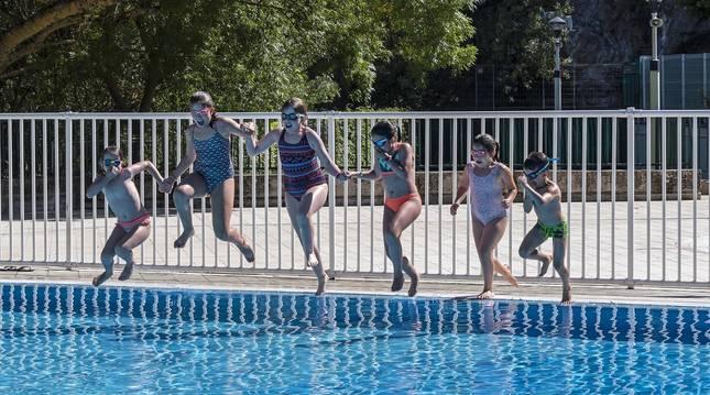 Varias niñas bañándose en las piscinas municipales del Agua Salada de Estella.