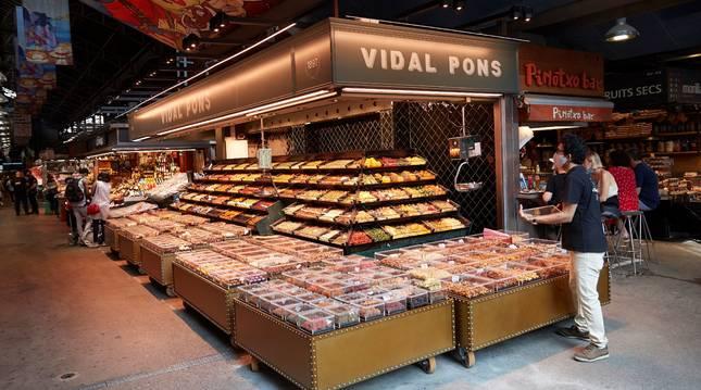Poca afluencia en el mercado de la Boquería este sábado.