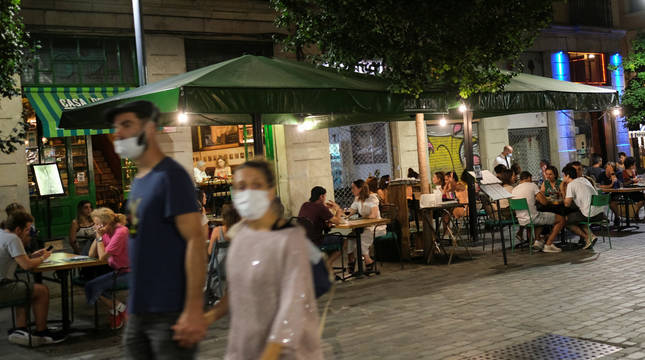 Imagen de varias personas en terrazas y paseando en Barcelona.