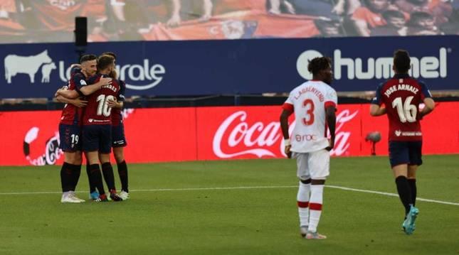 Los jugadores de Osasuna celebran el gol de Adrián.