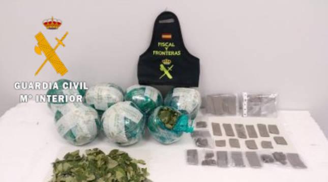 Imagen de las hojas de coca y el éxtasis requisado por Guardia Civil en el aeropuerto de Pamplona.