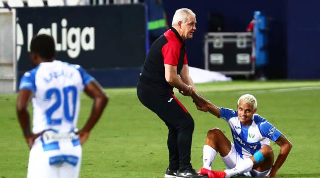 Javier Aguirre trata de levantar a un desolado Rosales tras el descenso del Leganés.