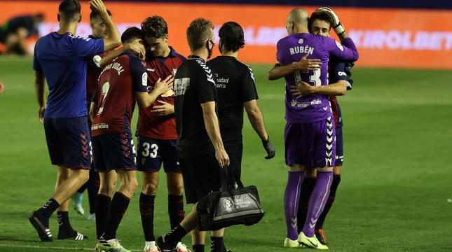 Los dos debutantes en Primera, Javi Martinez y Aimar Oroz, abrazados por Nacho Vidal y Rubén Martínez, respectivamente.