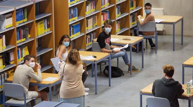 Imagen de uno de los exámenes de la EvAU de 2020 celebrado en la Biblioteca de la UPNA.