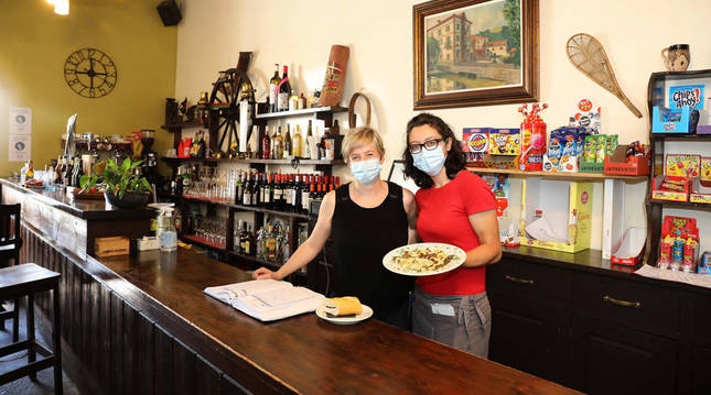 Miren Sansinena, la responsable del bar restaurante, junto a Ancuta Sarasi.
