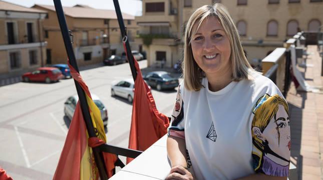 La alcaldesa de Cadreita, Berta Pejenaute, en el balcón consistorial con las banderas a media asta.
