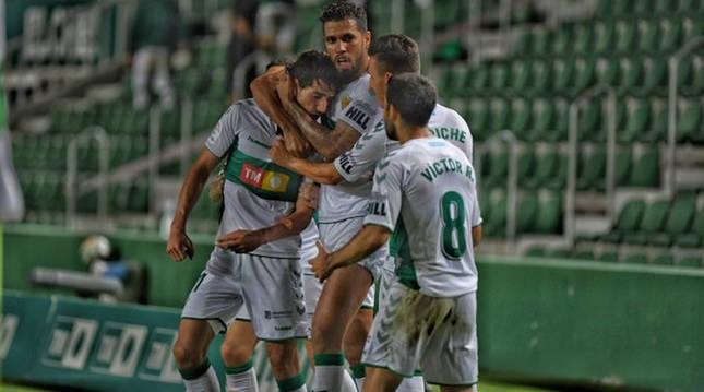Los jugadores del Elche celebran uno de los goles anotados en la última jornada contra el Oviedo.