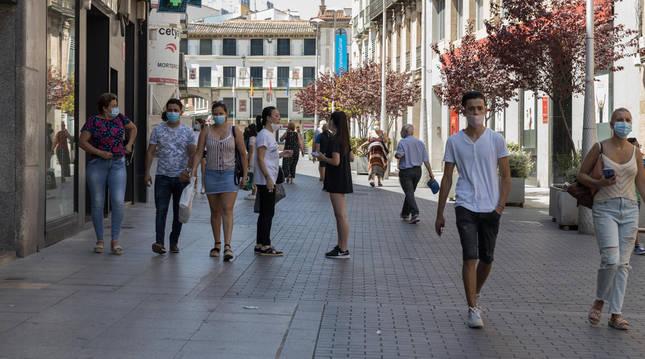 Gente con mascarillas en la calle Gaztambide Carrera de Tudela.