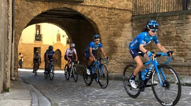 Corredoras del Movistar Team, por el casco antiguo de Artajona (Navarra).