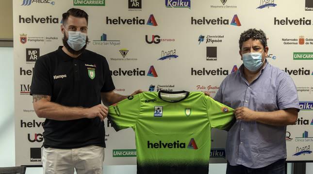 Juan Del Arco, nuevo jugador del Helvetia Anaitasuna, junto a Javi Gracia, director deportivo.