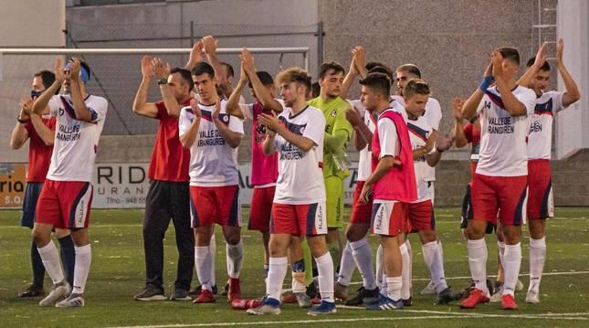 Los jugadores y el cuerpo técnico de la Mutilvera aplauden a los pocos espectadores de la grada del Merkatondoa tras pasar a la final del playoff de ascenso a Segunda B.