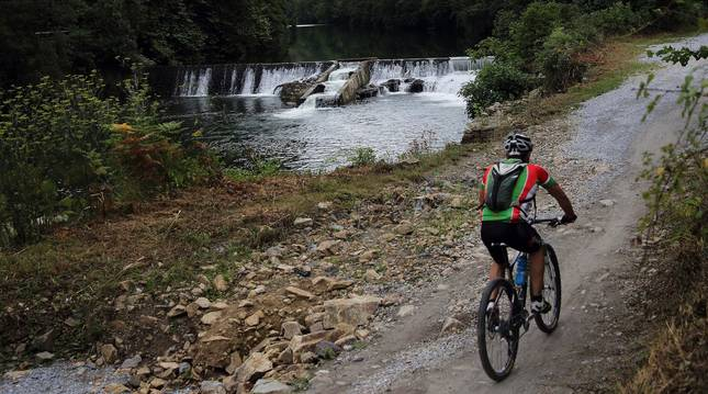 Foto de la presa de Endarlatsa, en la parte final de la ruta de la Vía Verde del Bidasoa.