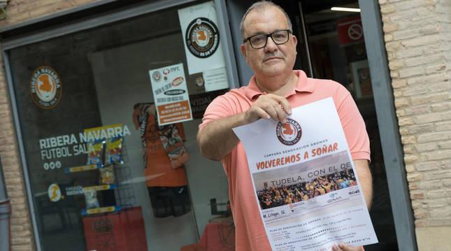 El presidente del Aspil Jumpers, Alberto Ramírez, con el cartel de la campaña de abonos de la temporada 2020-2021.