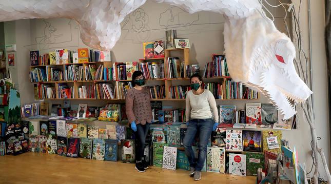 Raquel Anocíbar y Maider Díaz, de la librería Chundarata.