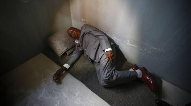 Imagen de 2016 de Andrew Mlangeni en la celda donde estuvo encarcelado con Nelson Mandela.