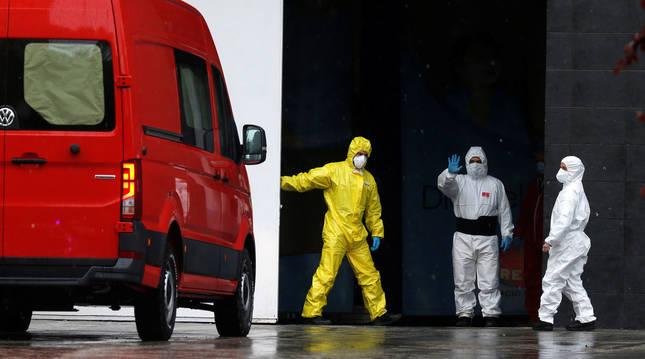 Varios trabajadores en las inmediaciones del Palacio de Hielo, que se convirtió en morgue durante la crisis del coronavirus en Madrid.