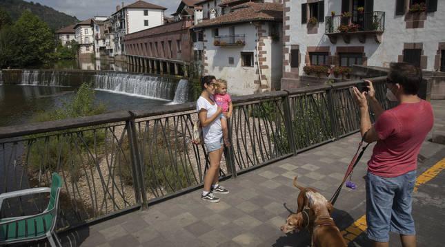 Dos visitantes se fotografían en el puente Antxitonea de Elizondo (Navarra).