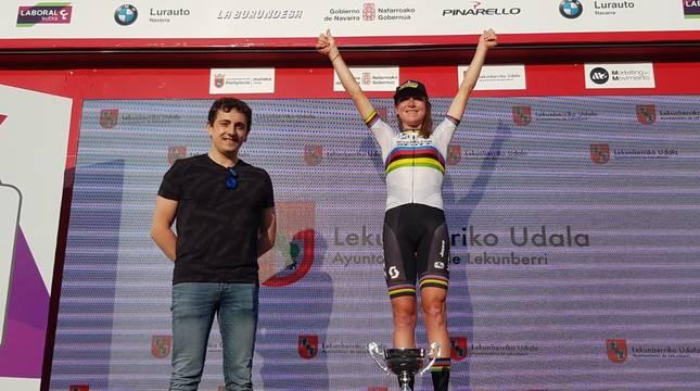 Van Vleuten, ganadora de la primera prueba de la Navarra Women's Elite Classics, en el podio.