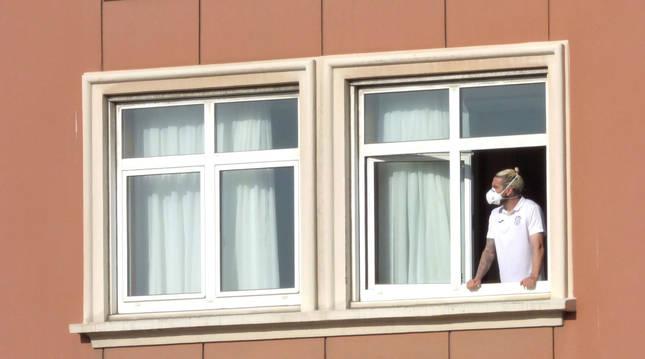 El jugador del Fuenlabrada Chico Flores, asomado a una ventana del hotel Finisterre donde permanece confinado el equipo.