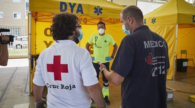 Médicos y voluntarios preparan en las inmediaciones del Instituto de Educación Secundaria de Mendillorri la zona donde realizarán durante esta tarde pruebas PCR de diagnóstico de COVID-19 a jóvenes de entre 17 y 28 años.