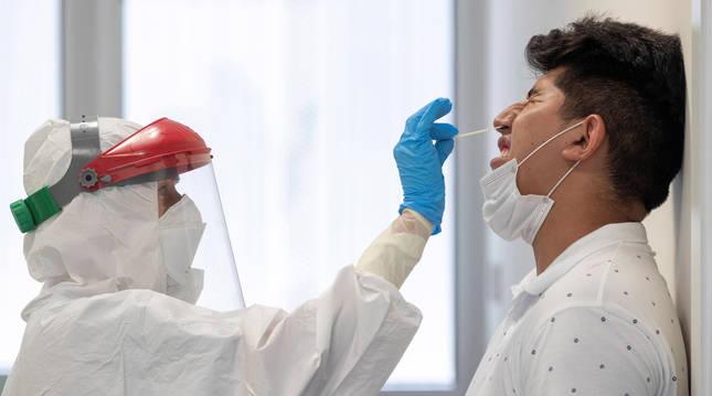 foto de Una sanitaria toma muestras de PCR a un hombre en el centro de salud sur de Totana