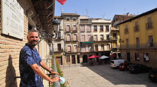 Foto de Oihan Mendo Goñi, en el balcón, ante una plaza que en un verano normal luciría de blanco y rojo.