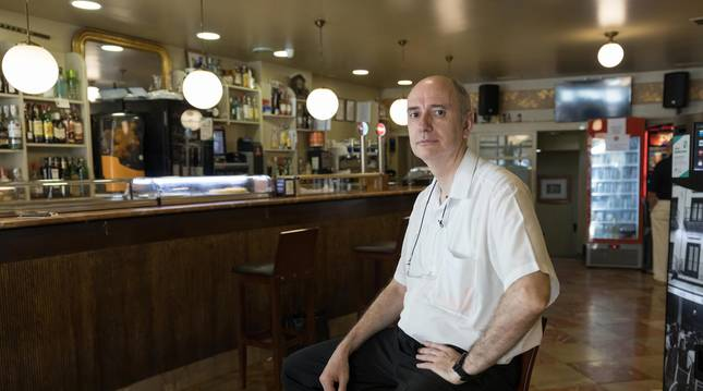 Foto de Carlos Domínguez Quijada, dueño del bar, que ha mantenido la esencia de los años 60.