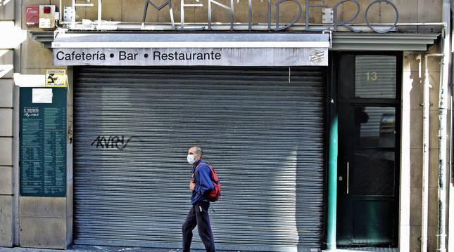 Bar El Mentidero, en la calle Mercaderes de Pamplona, cerrado.