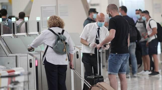 Foto del embarque de pasajeros en la terminal T4 del Aeropuerto Adolfo Suárez Madrid Barajas, en Madri, este viernes.