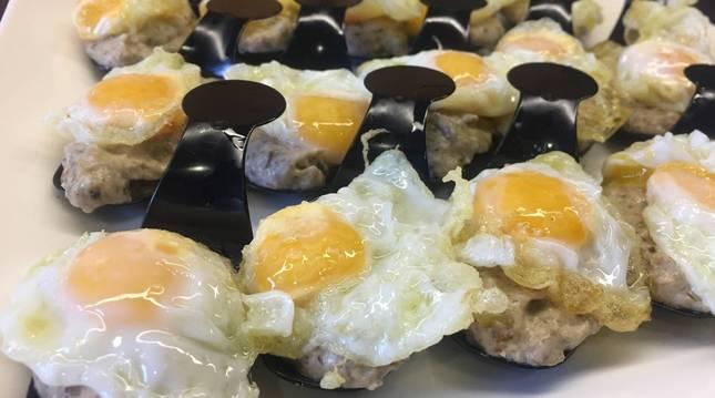 Foto de la receta de huevos fritos y crema de setas