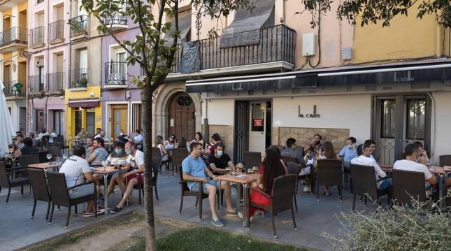 Foto de los numerosos clientes que tomaban este sábado por la tarde sus consumiciones en la terraza del bar La Calle de Tudela, en Herrerías.