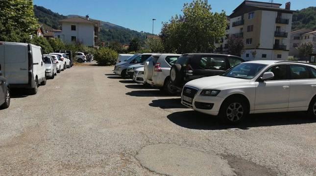 Foto de los vehículos de turistas que llenaban este sábado los aparcamientos de Oronoz.