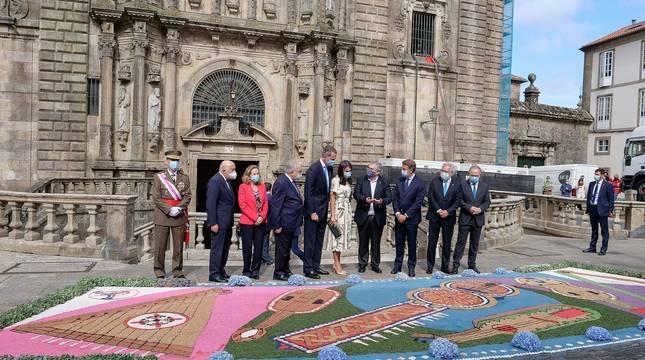 El rey Felipe VI ha presidido, junto con la reina Letizia, la tradicional Ofrenda que cada 25 de julio se realiza al Apóstol Santiago, que ha tenido lugar en la Iglesia de San Martiño Pinario por las obras en la Catedral.