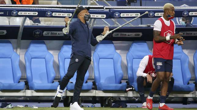 Mbappé, en la banda con muletas, tras su lesión.