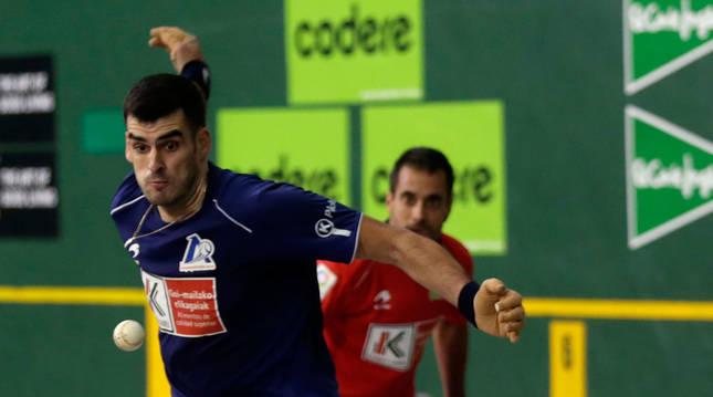 Joseba Ezkurdia y Oinatz Bengoetxea, en un lance de un partido anterior. Hoy jugarán en Medrano.
