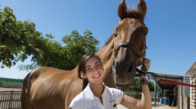 La jinete tudelana Edurne Miramón López posó ayer junto a su caballo 'Umati' en Cabanillas.