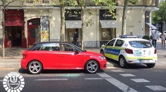 Un coche de policía junto al coche donde se encontraba el bebé.