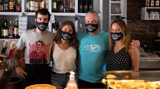 Foto de Tomás Garmendia, Jomi González Iribarren y las hermanas Leire y Miren González Iribarren.