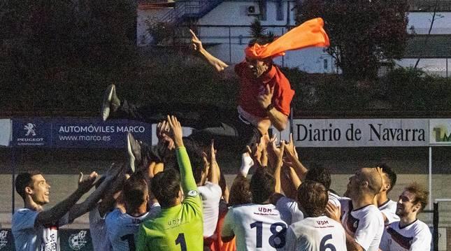 Foto de los jugadores de la Mutilvera mantearon a su entrenador Andoni Alonso tras haber logrado el ascenso a la Segunda B en Merkatondoa.