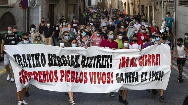 """Más de un millar de personas, entre vecinos, trabajadores y familiares participaron en la protesta y pidieron """"alternativas"""" y un futuro para la zona."""