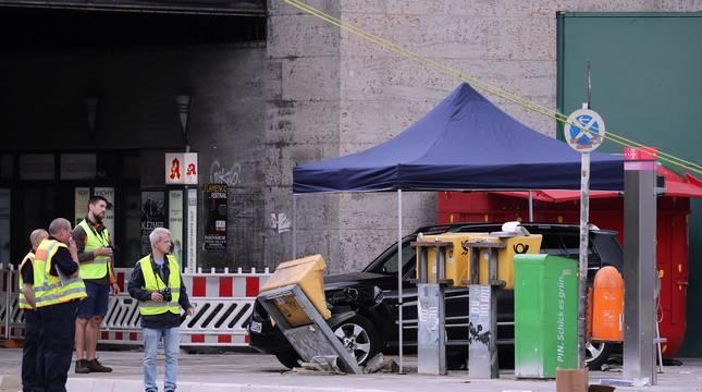 Un coche atropelló este domingo a un grupo de personas cerca de la estación Zoo de Berlín y causó al menos ocho heridos, tres de ellos de gravedad.
