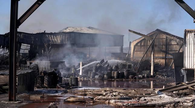 El incendio de una nave industrial que almacenaba materiales inflamables, entre ellos disolvente, en la localidad de San Pedro del Arroyo (Ávila) y que ha obligado a evacuar a los vecinos del pueblo ya está controlado.