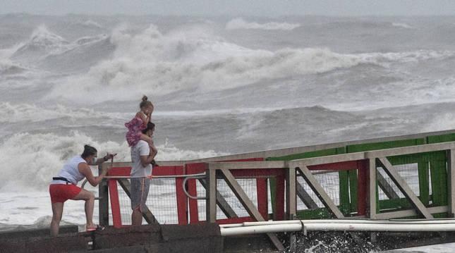 foto de Una familia observa el mar en la llegada del huracán 'Hanna' a Texas