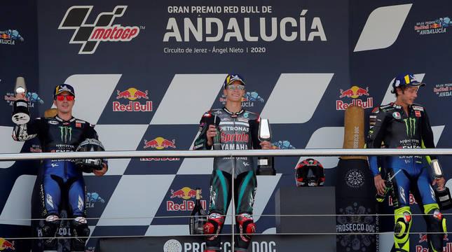 foto de Fabio Quartararo junto a Maverick Viñales y Valentino Rossi, primero, segundo y tercero, respectivamente, podio de MotoGP del G.P. de Andalucía