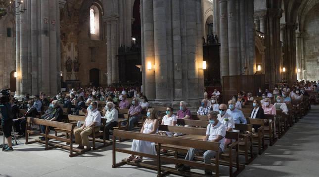 DISTANCIA Y MASCARILLAS Imagen de los asistentes a la misa de Santa Ana, todos ellos con mascarilla y respetando la distancia de seguridad.